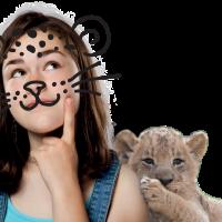 Maedchen als leopard mit kleinem loewen
