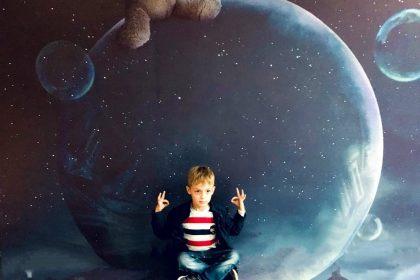 Mond junge meditiert
