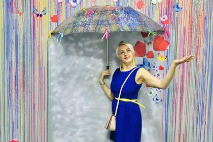 Regenschirm frau in blauem kleid
